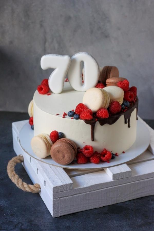 1700 р/кг + 500р макаронс + 600р ягоды